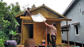 Polsek Batang lupar renovasi rumah warga Desa Sepandan